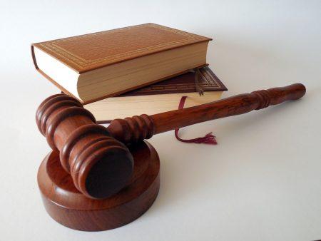 פטיש בית המשפט לצד ספר החוקים